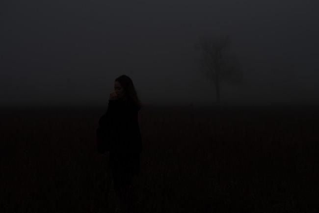 Eine Frau im Nebel - unterbelichtet