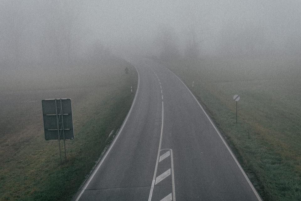 Eine Straße im Nebel