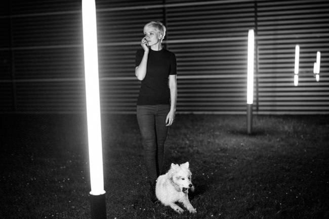Eine junge Frau und ein Hund