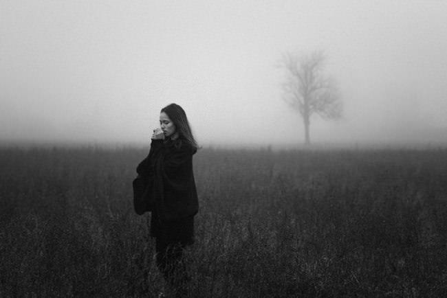 Eine Frau im Nebel