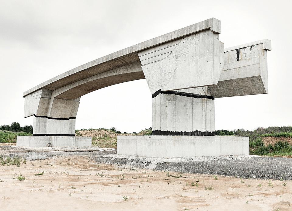freistehendes Betonelement einer Brücke