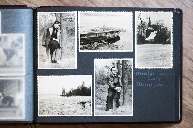 Ein aufgeschlagenes Fotoalbum mit alten Fotos.