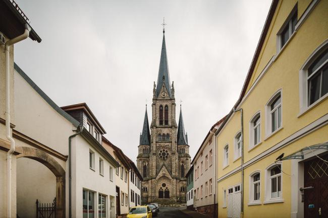 Eine Kirche im Fluchtpunkt der Straße.