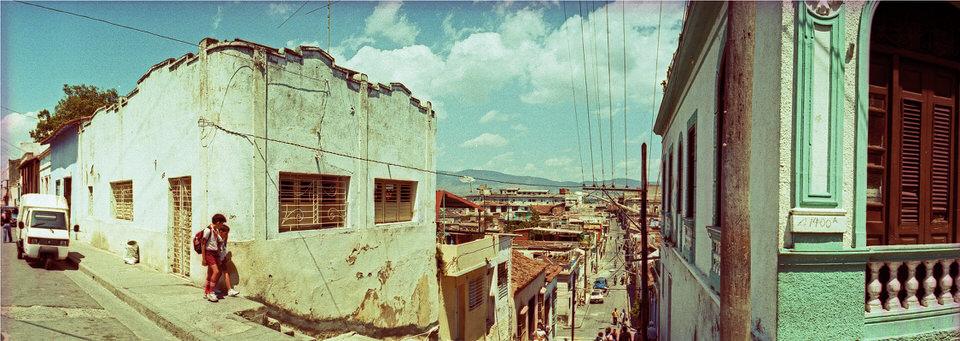 Panoramablick auf Santiage De Cuba mit Grünstich