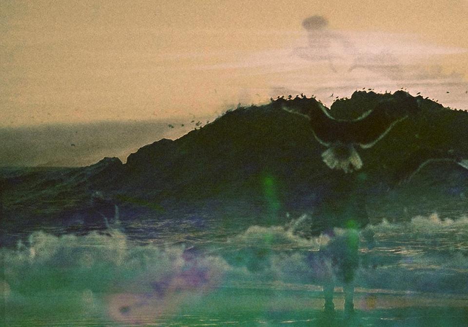 Eine See, ein Berg, ein Land und es ist grün.