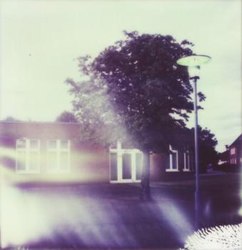 Blick auf ein Haus mit hellen Lichtflecken.