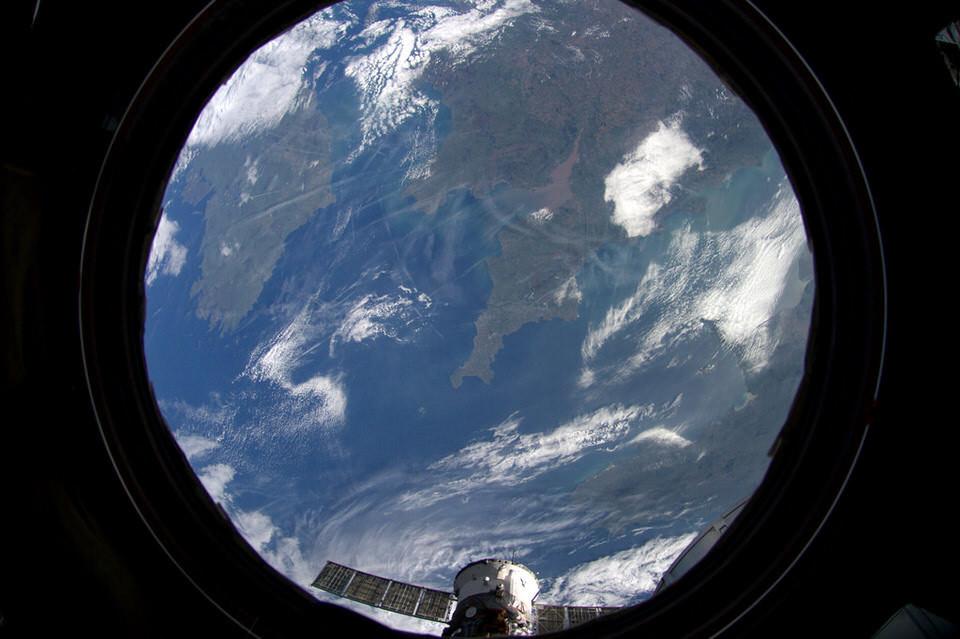 Die Erde mit Blick auf Großbritanien und Irland aus dem Fenster einer Raumstation