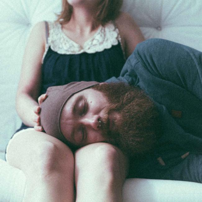 Ein Mann liegt auf dem Schoß einer Frau