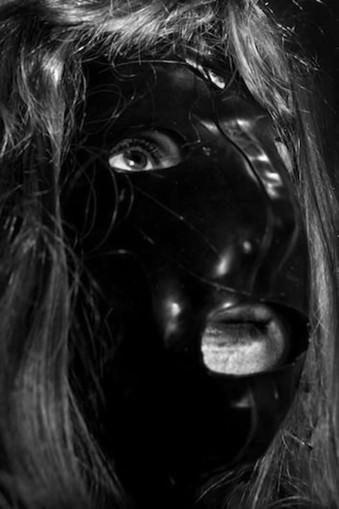 Eine Frau trägt eine Maske.