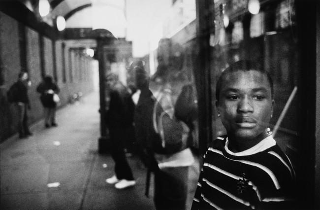 Ein Junge schaut an der Kamera vorbei.