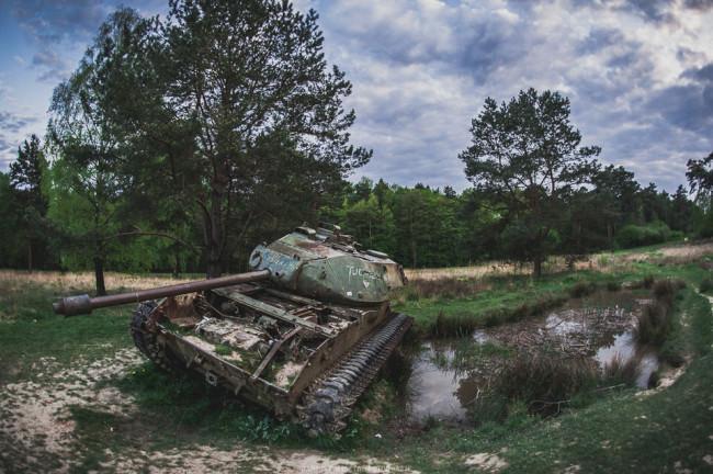 Ein Panzer an einem Tümpel.