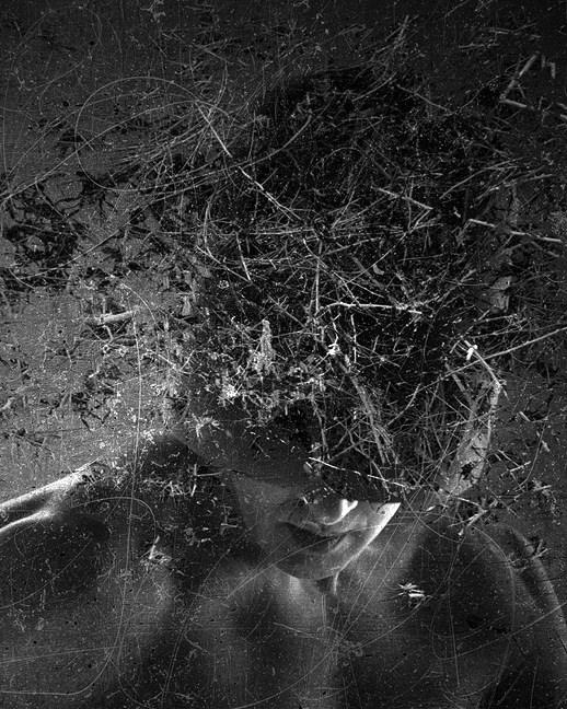 Fotokollage eines Mannes mit chaotischen Überlagerungen.