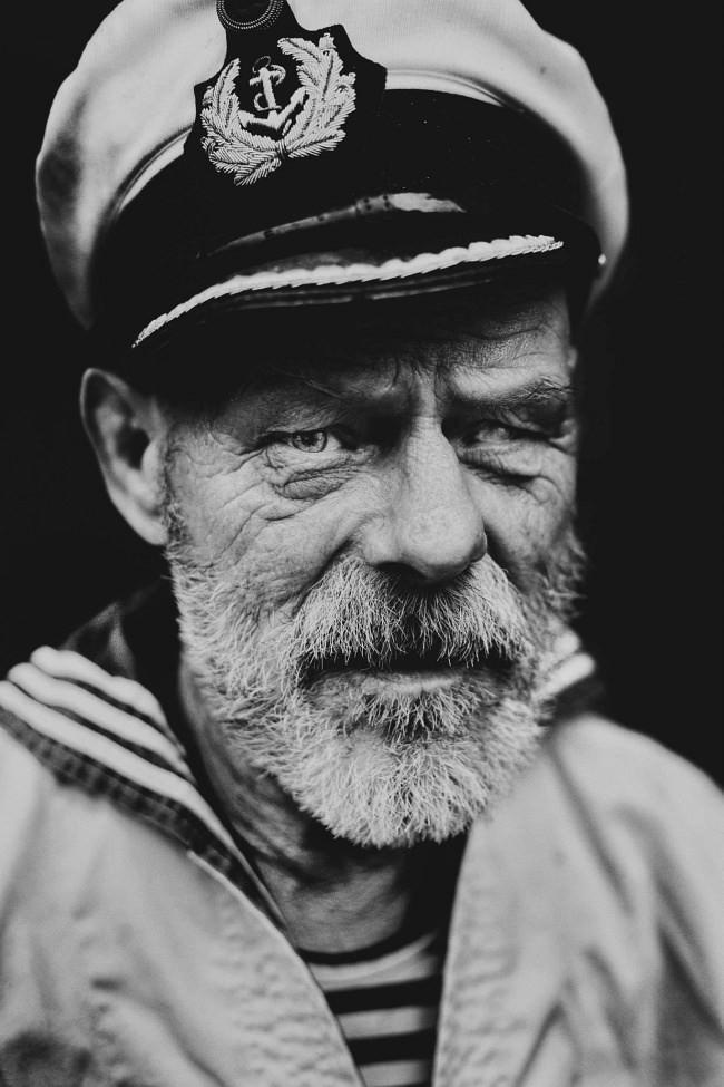 Portrait eines alten Mannes in Seemannskleidung.