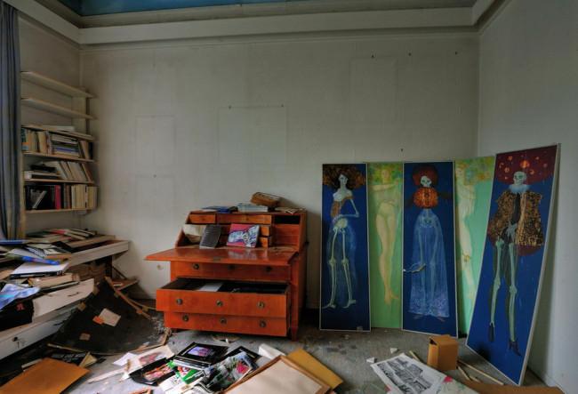 Eine alte Kommode und ein kunstvoller Paravant in einem verlassenen Haus.