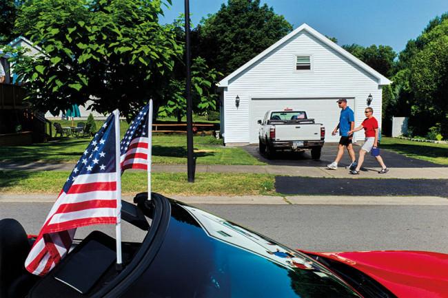 Eine Straßenszene in einer Kleinstadt in den USA.