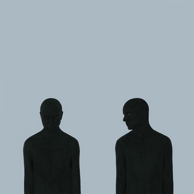 Ein Mensch blickt einen anderen an.