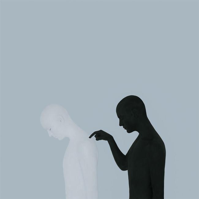 Ein Mensch tippt einen anderen Menschen an.
