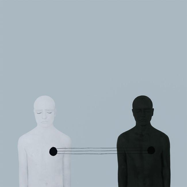 Zwei Menschen stehen verbunden.
