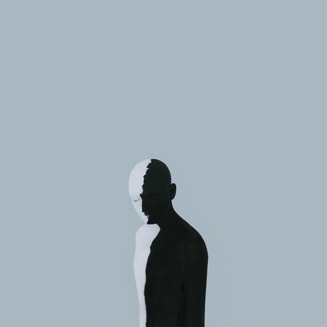 Ein Mensch steht im Schatten und im Licht.