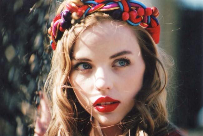 Eine Frau mit rotem Lippenstift.