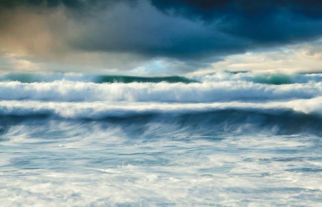Tosende Meereswellen unter dramatischem Himmel