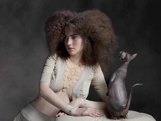Eine Frau und eine Nacktkatze.