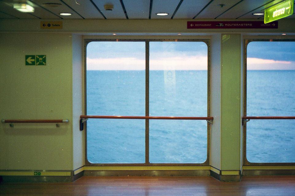 Blick aus einem großen Fenster ins Meer.