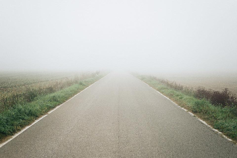 Weg, der in den Nebel führt.