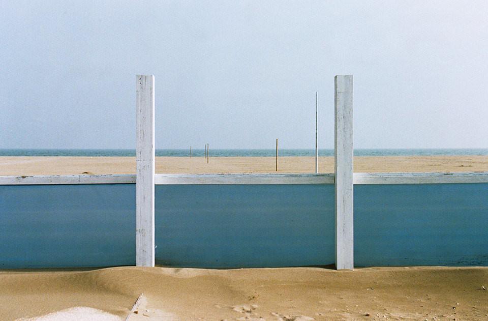 Eine kleine Mauer am Strand.