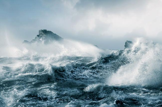 Tosende Meereswellen unter bewölktem Himmel