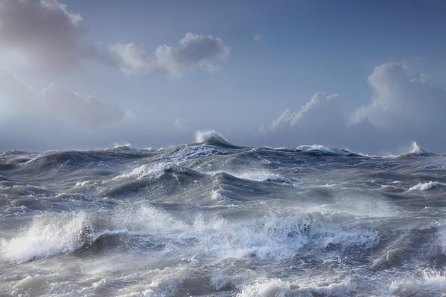 Tosende Meereswellen unter heiterem Himmel