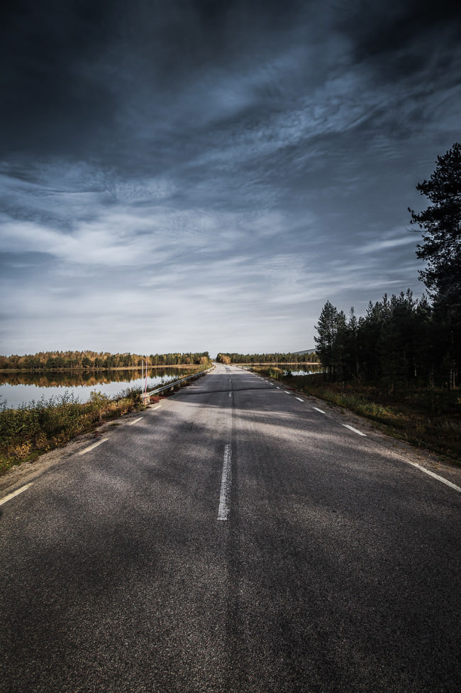Eine Straße durch die Natur.