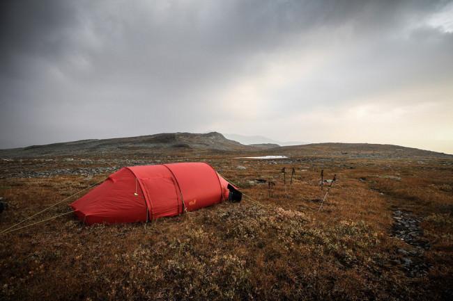 Rotes Zelt in der Landschaft.