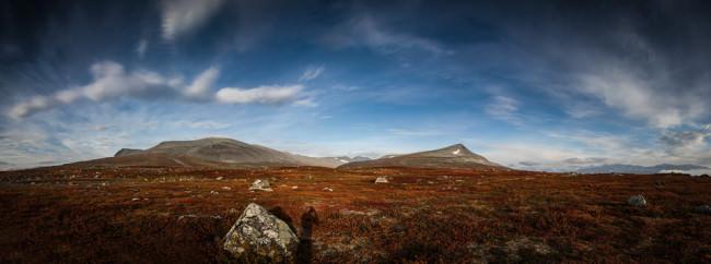 Landschaft mit blauem Himmel und dem Schatten des Fotografen.
