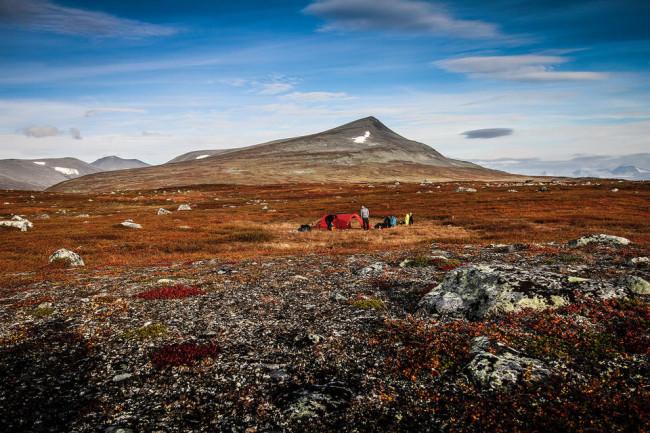 Ein Zelt in einer wilden Landschaft.