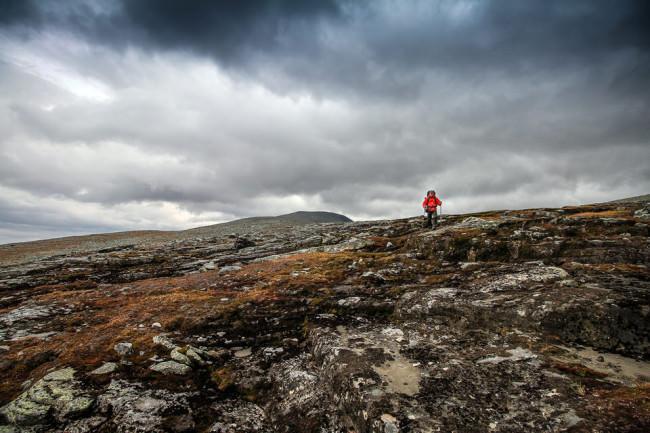 Ein Wanderer auf felsigem Boden.