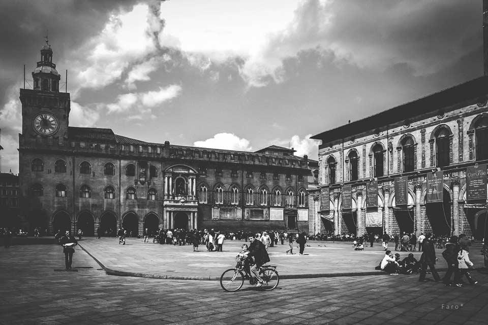 Blick auf einen Marktplatz in Schwarzweiß