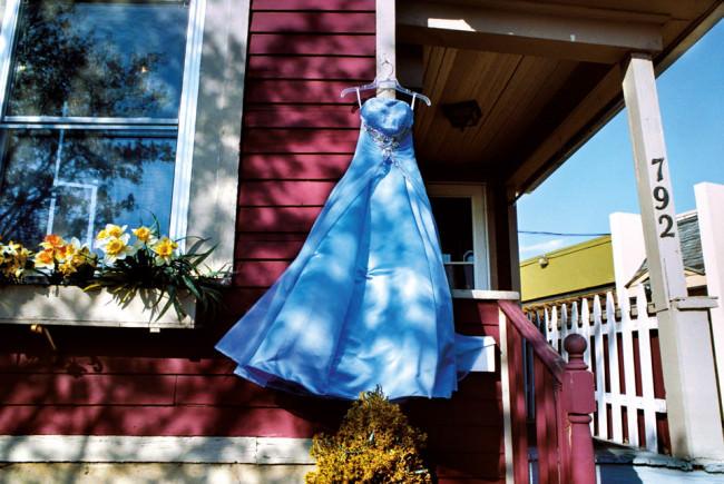 Ein blaues Kleid im Wind.
