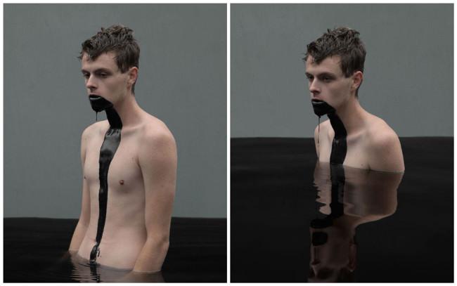 Diptychon eines Mannes in schwarzer Flüssigkeit stehend.