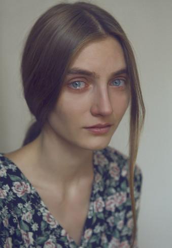 Eine Frau schaut in die Kamera und weint.