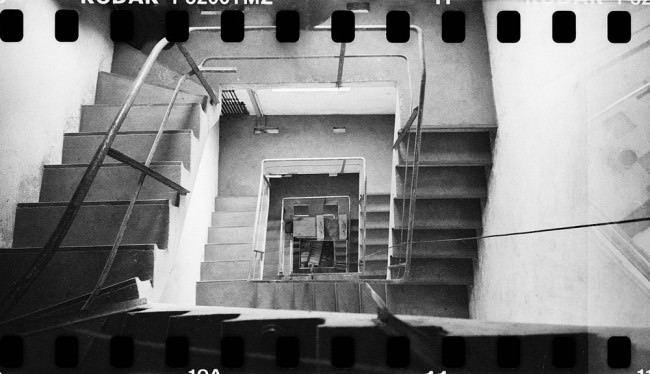 Blick hinunter in ein Treppenhaus.