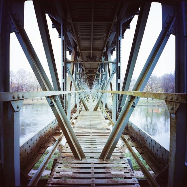 Blick durch die Stahlkonstruktion unter einer Brücke.