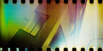 Bunte Mehrfachbelichtung einer Fassade mit sichtbarer Perforation eines Kleinbildfilms.