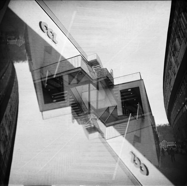 Symmetrische Doppelbelichtung mit Gebäuden.