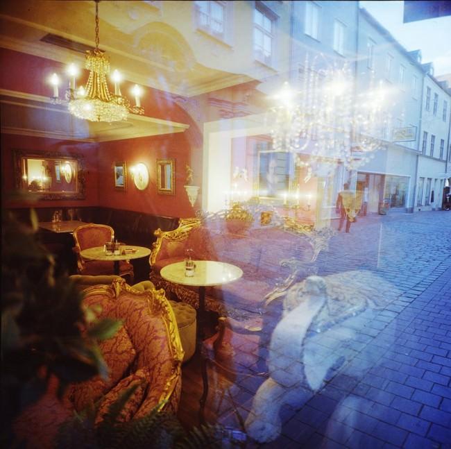 Rot-blaue Doppelbelichtung eines Cafés und einer Straße.