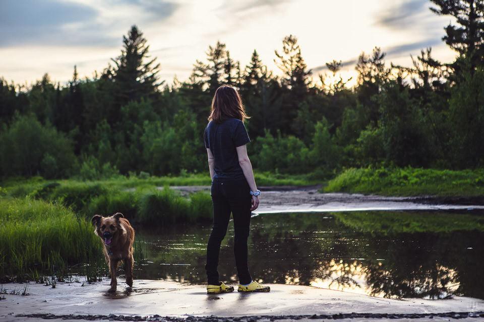 Ein Mann mit Hund am See.