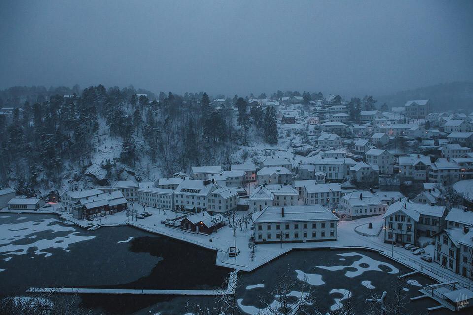 Blick von oben in ein schneebedecktes Dorf.