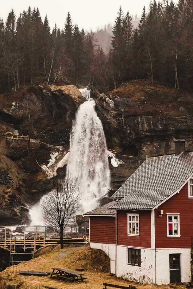 Haus an einem Wasserfall.