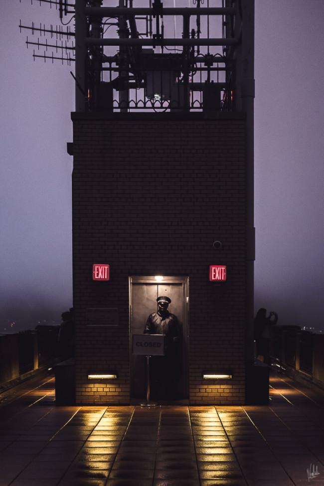 Ein Mann bewacht eine Tür.