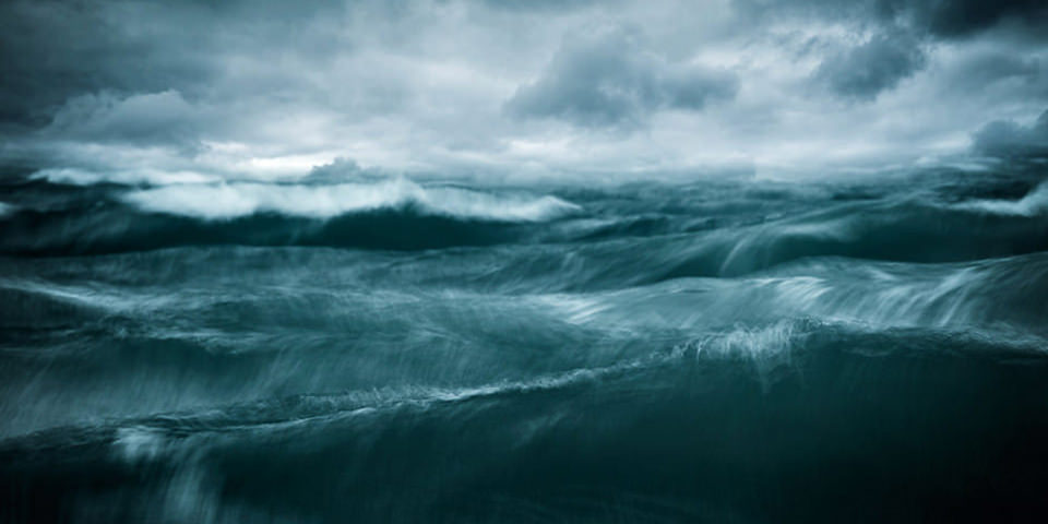 Tosende Wellen unter stürmischem Himmel